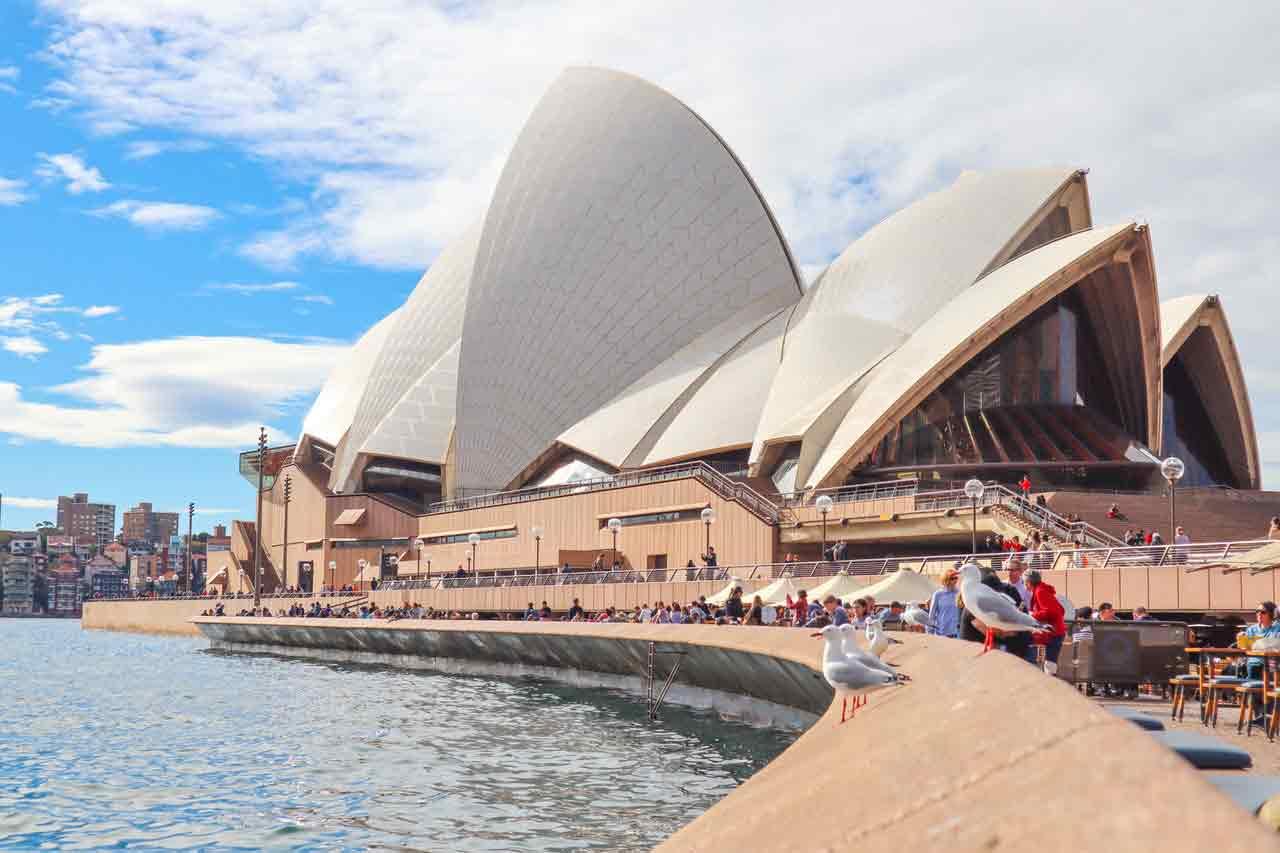 Xem xét chính sách định cư để xem nên định cư Úc hay Canada dễ hơn
