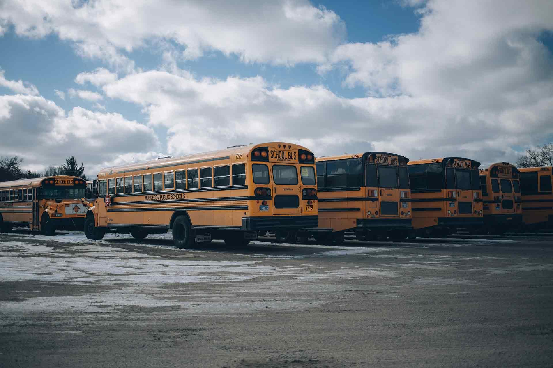 Trường trung học ở Canada xe bus
